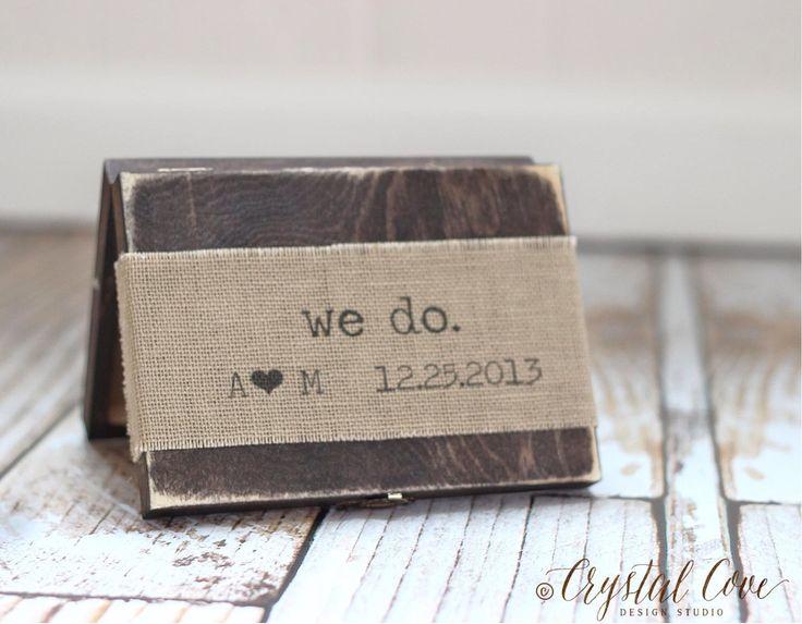 Ring Kissen Box Geschenk personalisierte rustikale Ehering Box Zeichen Shabby Chic Sackleinen Blumen von CrystalCoveDS auf Etsy https://www.etsy.com/de/listing/176764987/ring-kissen-box-geschenk-personalisierte