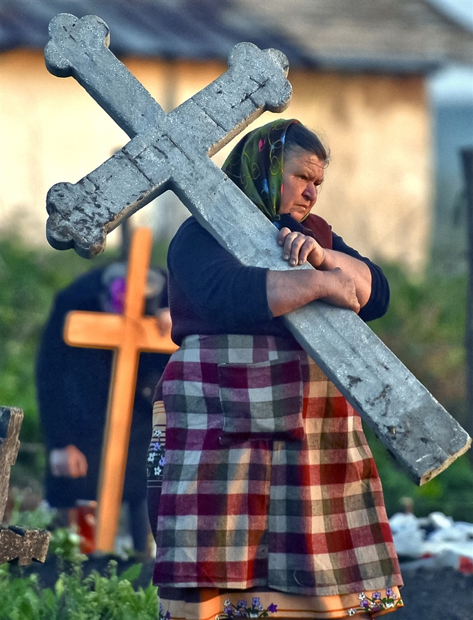 Romanians honor dead ahead of Orthodox Easter - PhotoBlog