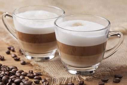 Ein stylisches Latte Macchiato Glas gehört einfach zum beliebten leckeren heißen Getränk aus Italien. Erfunden wurde der Latte in Italien. Allerdings hat er sich im Laufe der Zeit immens gewandelt. In Deutschland trinke man ihn in drei Schichten. Milch, Espresso und der leckere Milchschaum zum Schluss. Serviert wird er in einem speziellen Latte Macchiato Glas.