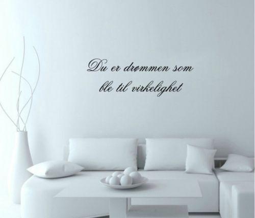Flott veggord med en liten kjærlighetserklæring Veggordet måler 73 cm på lengden og 23 cm på høyden Tilgjengelig i sort