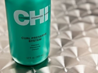 Het CHI Curl Preserve System heeft een lage PH-waarde en zorgt ervoor dat het vochtgehalte van krullend haar op peil blijft. De Curl Preserve lijn zorgt voor een soepele valling en geven krullend haar de nodige veerkracht. Kroezend haar veranderd in mooie natuurlijke krullen. Curl Preserve is ontwikkeld met het ceramine complex, aminozuren en proteinen. Deze werkstoffen zorgen ervoor dat het haar beschermd is, versterkt wordt en het vochtgehalte op peil blijft.