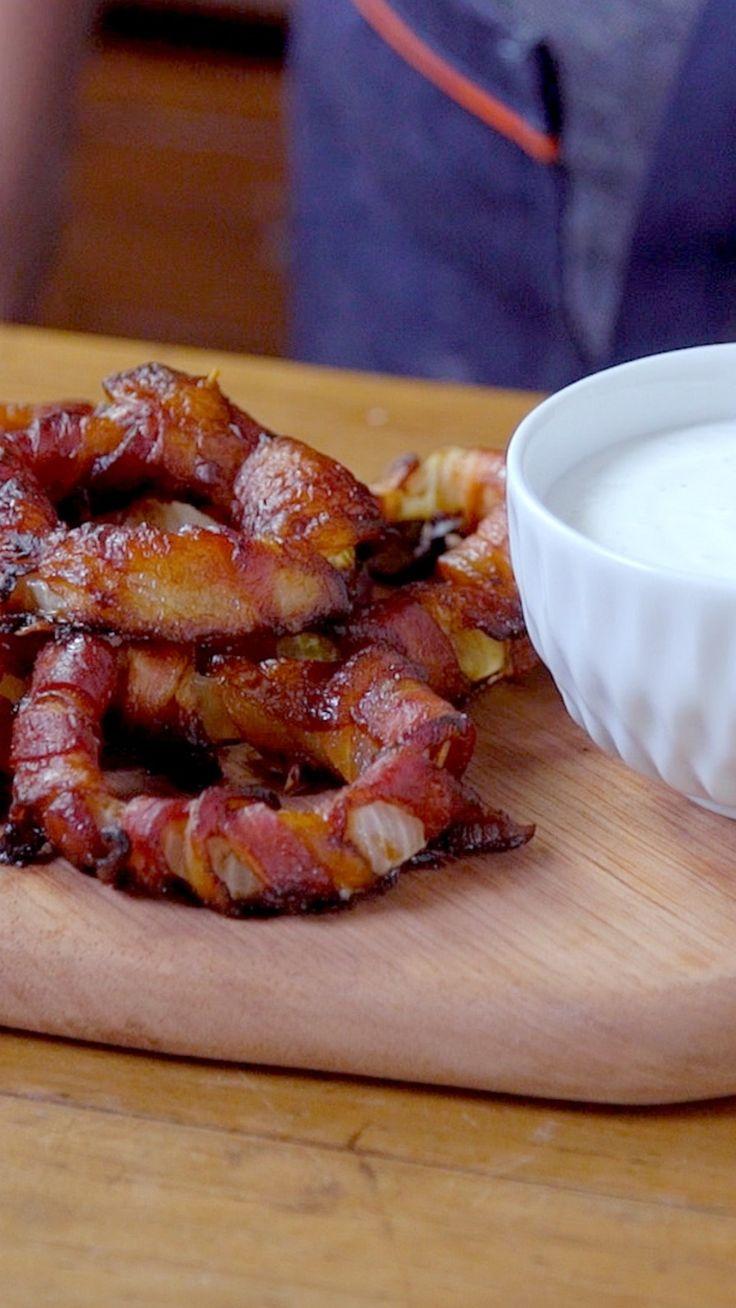 Seus petiscos jamais serão os mesmos depois dessa receita maravilhosa de anéis de cebola com bacon e molho de alho.