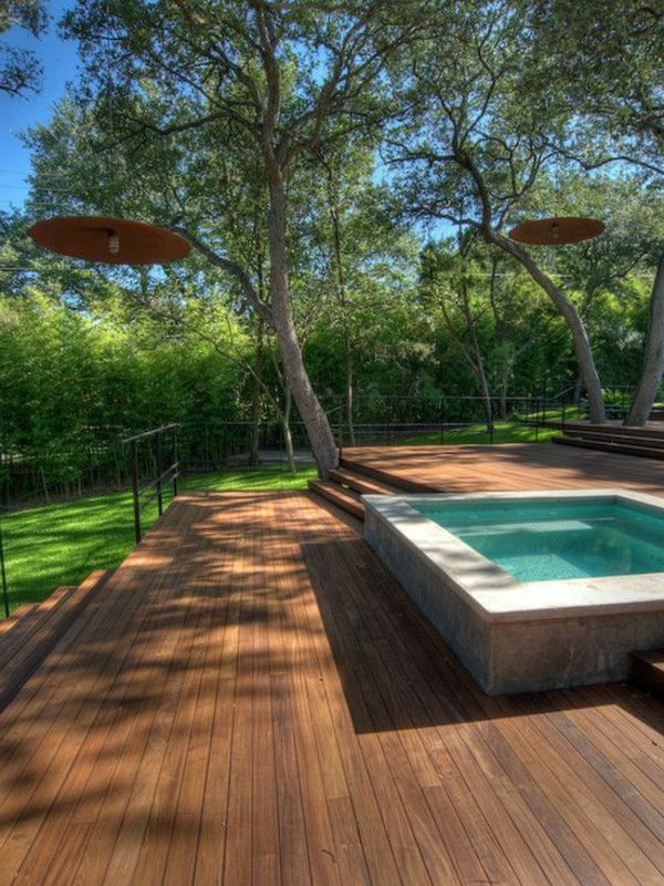 petite piscine hors sol et grande terrasse en bois