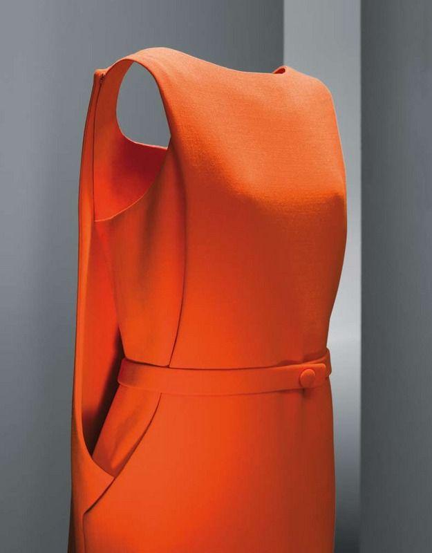 """Icono en la colección de Balenciaga, su color naranja, atrevido y moderno para la época y la forma del crespón son las señas de identidad de este vestido confeccionado en sus talleres de París en 1968. Un diseño donde se une la moda y la arquitectura y es que, como el propio Balenciaga decía """"un buen modisto debe ser arquitecto para la forma, pintor para el color, músico para la armonía y filósofo para la media""""."""