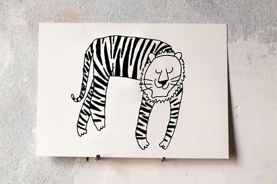 Beschützertiger, der nachts aufpasst. Eine Tigerkarte aus meiner Katzensammlung. Die Zeichnung kommt gedruckt auf schönem, leicht cremigen 300g Karton in A5 mit Signatur. Da es sich um Handarbeit handelt, können die Maße leicht abweichen.