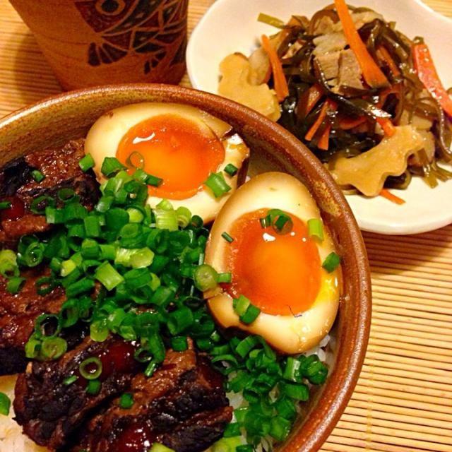軟骨ソーキをたまたま入ったスーパーで見つけて衝動買いしました✌️ 近所の沖縄料理屋さんでソーキとクーブイリチーのヒントを教えてもらって作りました。 ソーキの煮汁にゆで卵一日漬けました ちくわぶ入りのクーブイリチーはいい - 243件のもぐもぐ - 沖縄晩ごはん 軟骨ソーキ丼 & クーブイリチー by acchi37
