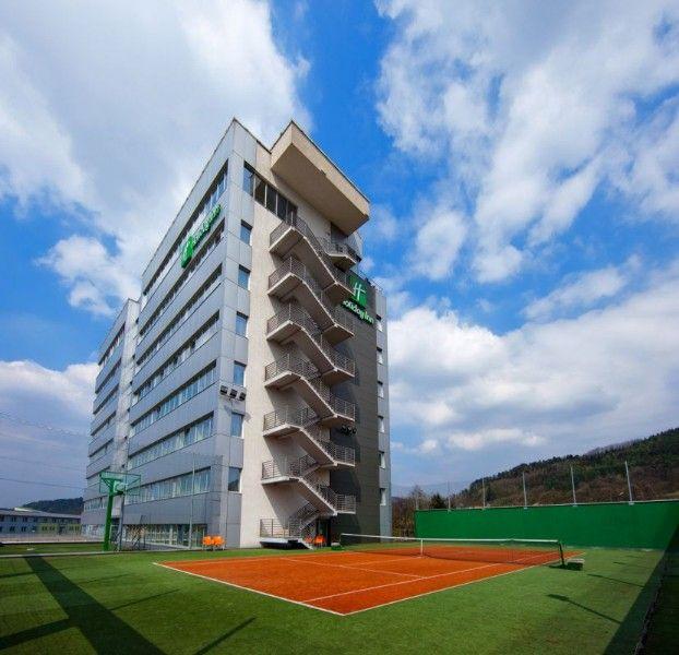 A Holiday Inn, Zsolna városában 133 modern és elegáns szobával várja vendégeit. A szállás mellet konferenciaszolgáltatásokkal is rendelkezik, 700 személy részére alkalmas kongresszustermekkel.