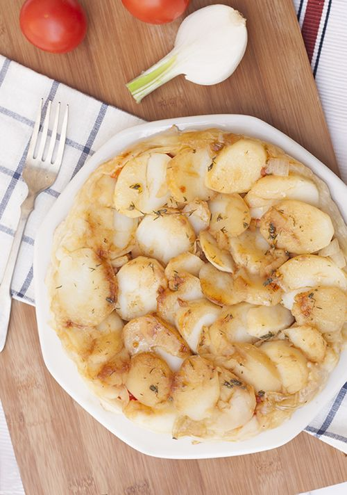 Tatín de patata, tomate asado y cebolla