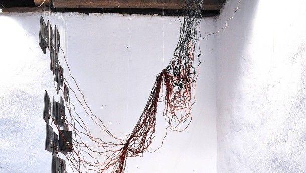 """Kabelsalat: Eine Installation mit Bildschirmen, die von der Decke hängen. (""""Museum Angewandte Kunst"""" in FFM, interaktive Ausstellung zu Smartphones usw.)"""