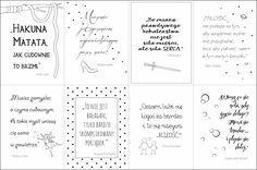 Plakaty z cytatami z bajek do druku mogą zawisnąć w pokoju dziecięcym, ale również w sypialni czy salonie. Każdy cytat urozmaicony jest autorską grafiką.