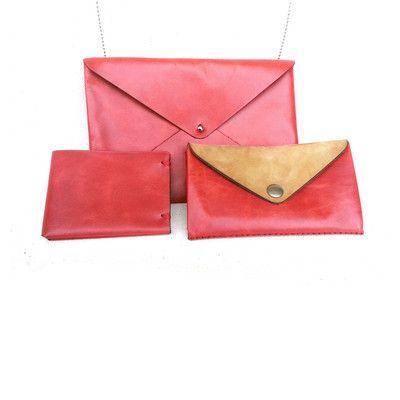 Cartera en forma de sobre (Color: Rojo), billetera grande (Color: Rojo y Beige) y billetera chica (Color: Rojo)