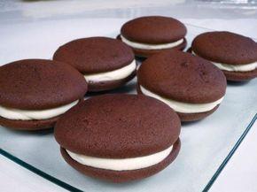 Вкуснющее пирожное «Вупи» — на радость всем сладкоежкам!  Это традиционные американские пирожные. Готовятся они очень быстро и влюбляешься в них с первого укуса. Мягкие шоколадные бисквиты в сочетании со взбитыми сливками — это просто БОМБА.  Ингредиенты: http://kladovochkasovetov.ru/retseptyi/vkusnyushhee-pirozhnoe-vupi-na-radost-vsem-sladkoezhkam.html