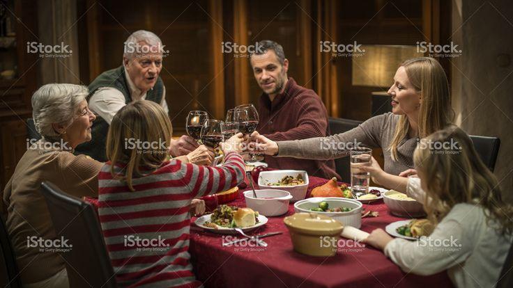 Generazione della famiglia Multi festeggia il giorno del Ringraziamento Foto di Stock 63759347 - iStock