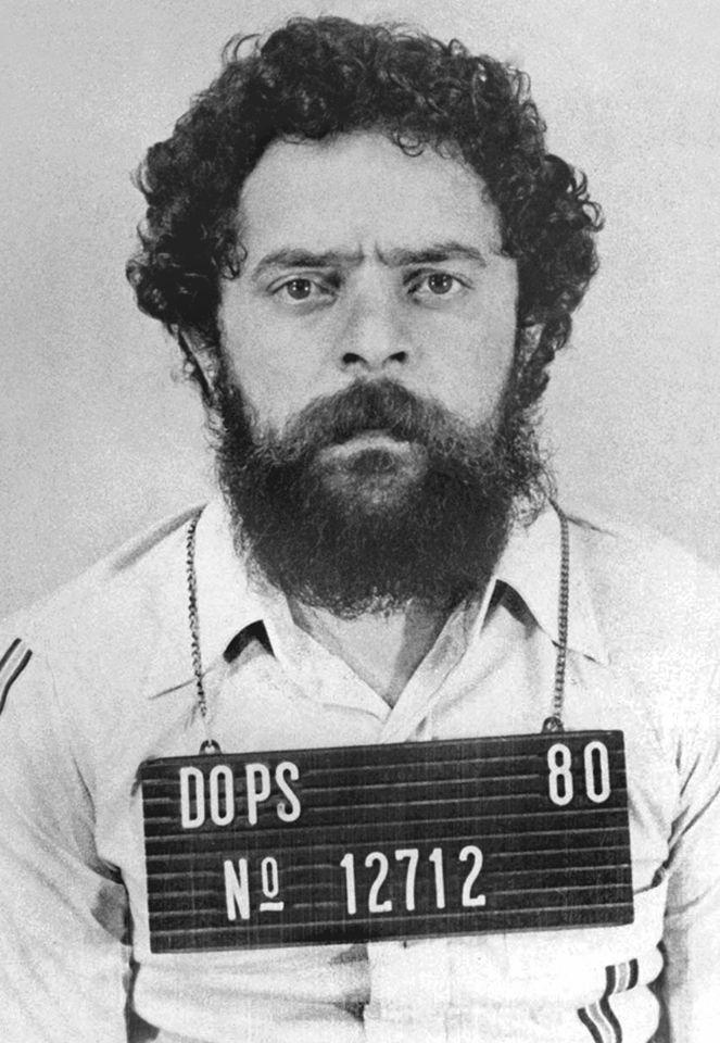 """Ironizando o boneco, Lula publica foto de prisão """"em carne e osso"""""""