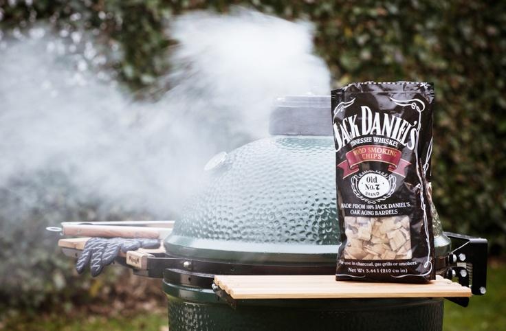 Ook lekker: rooksnippers van Jack Daniels op de Big Green Egg barbecue.