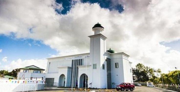 Pertumbuhan Muslim Suburkan Pembangunan Masjid di Selandia Baru  KONFRONTASI-Pertumbuhan muslim di Selandia Baru terus bertambah. Hal itu tentu saja ikut menyuburkan pembangunan masjid di negara tersebut.  Dari waktu ke waktu jumlah masjid terus bertambah. Bahkan di wilayah Pegunungan Roskill Auckland sebuah gereja diubah menjadi masjid. Data mencatat 63 persen populasi Muslim di Selandia Baru tinggal di Auckland. Dari sembilan masjid yang ada di Selandia Baru lima di antaranya ada di…