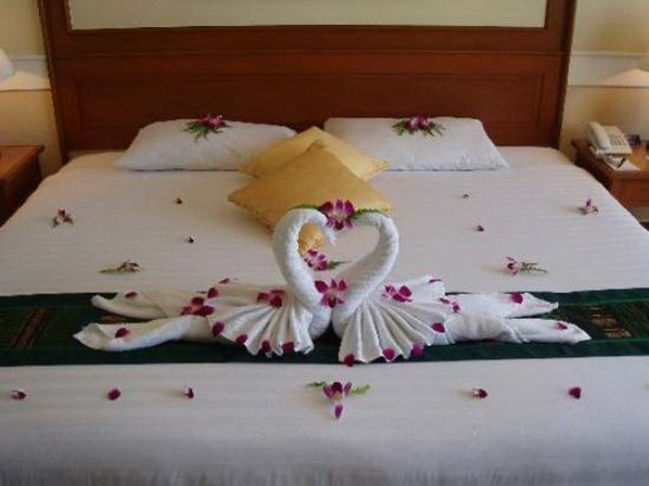 Romantic Valentine's Day Bedroom Decorations - those swans look AmAzInG