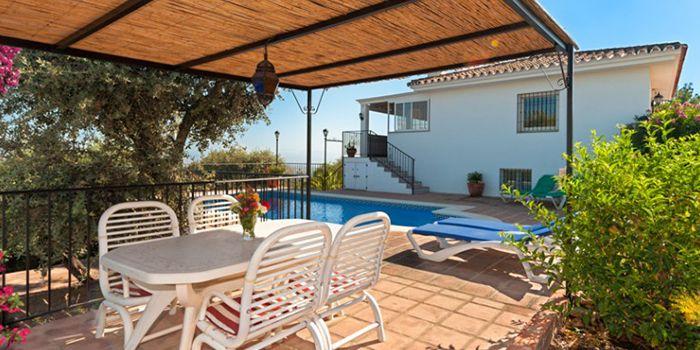 Vakantiehuis met zwembad in Spanje voor zes personen Deze prachtige vakantievilla La Viruta is in 1992 gebouwd. Het huis bestaat uit 2 verdiepingen, is volledig geïsoleerd en voorzien van cv. De begane grond bestaat uit een grote woonkamer met airco en heeft een volledig ingerichte open keuken. Er leidt een trap naar de benedenverdieping die half in de heuvel is gebouwd. Hier zijn2 badkamers en 3 tweepersoons slaapkamers, waarvan 1 met airco. Elke slaapkamer heeft openslaande deuren naar…