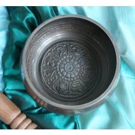 Particolare Campana tibetana di dimensioni medio grandi color bronzo scuro e nero, proveniente dal Nepal, al cui interno emerge a rilievo un rosone con simboli e lettere in sanscrito.
