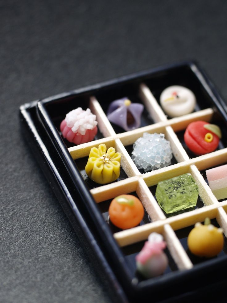 菓子見本箱 鶴、椿、ひしもち、菜の花、花菖蒲、あじさい、 清水、梨、着せ綿、菊、みかん、福袋
