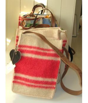 Beautiful Bag, made of a woolen blanket. The shoulder strap is a used belt. By doordoorgemaakt on www.metdehand.nl