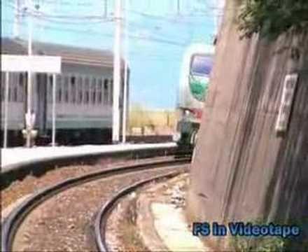 Una E.402 B transita veloce nella stazione di Pisciotta - Palinuro.