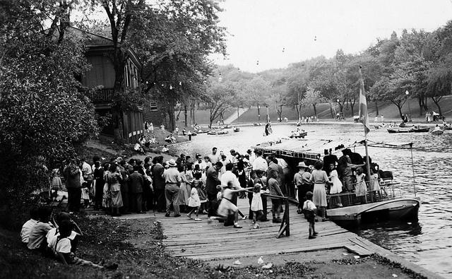 Le quai d'embarquement du bateau-mouche du parc Lafontaine au début des années 50. © La Presse Ltée