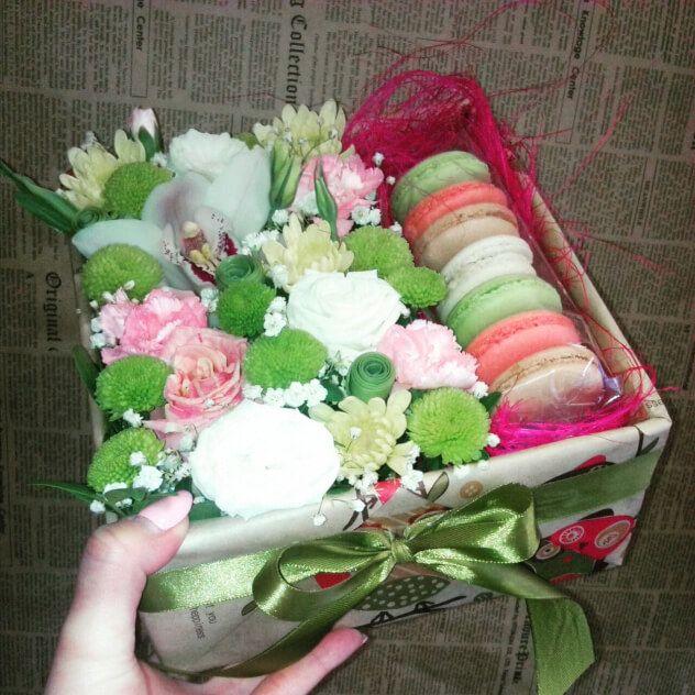 Коробочка с цветами и миндальным печеньем.