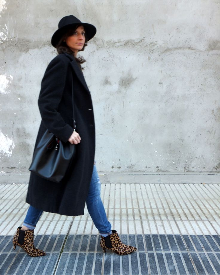 Fashion blogger woth long coat, fedora hat and leopard booties