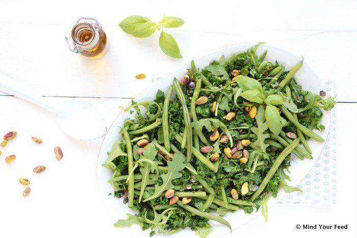 Boerenkool alleen in de stamppot? Nee! Je maakt er een hele lekkere boerenkool salade mee, met sperziebonen en geroosterde pistachenoten.