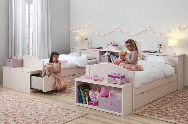 Habitación con dos camas nido decorada en rosa