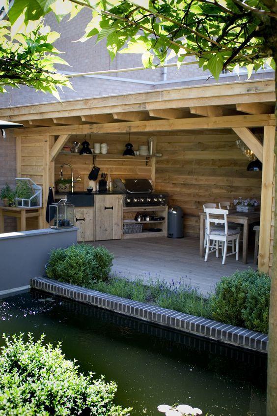 De tuin gaat steeds meer lijken op een woonkamer. Met een karpet, een loungebank en een schermerlamp. Maar wel onder een overkapping, graag.: