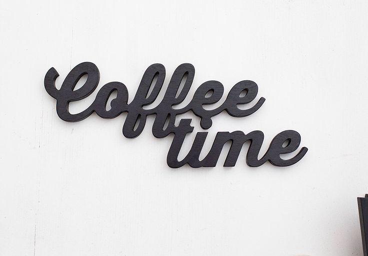 Kaffee Zeit hölzerne Schild - personalisierte Holz Worte Küche Restaurant Bar Schwarz Dekor Wand Dekoration Buchstaben benutzerdefinierte Farbe Design-Geschenk-Idee von BotanikaStudio auf Etsy https://www.etsy.com/de/listing/213370736/kaffee-zeit-holzerne-schild