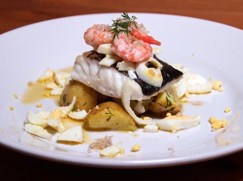 Ugnsbakad torsk med dillpotatis, brynt smör, pepparrot, ägg och räkor