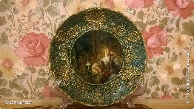 Прямой декупаж стеклянной тарелки, фацетный лак, золотой контур, по краю золотая краска фото 1