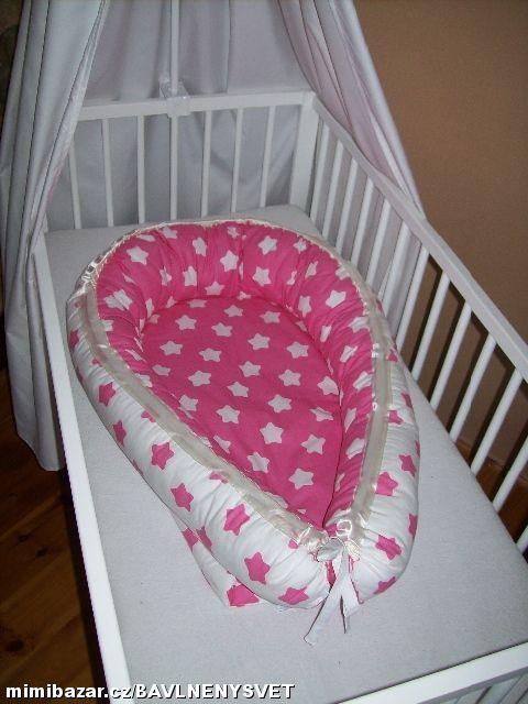 Hnízdo , hnízdečko pro miminko ! HNÍZDEČKO , PELÍŠEK   je vhodné pro novorozence a miminka jako ochranný mantinel .Hodí do dětské postýlky, kolébky, kočárku ale i na gauč , postel ...Je oboustranné . Plněné 200g vatelinem,boky pes kuličky duté vlákno.Možno prát v pračce na 30.   Hnízdo pro miminka Vám ušijeme z metráže, kterou vyberete ŠIJEME NA PŘÁNÍ .Cena dle materiálu !! 590-890 kč   ROZMĚR :: místečko kam pokládáme miminko 65x40cm mantinel má na výšku 18-20 cm .