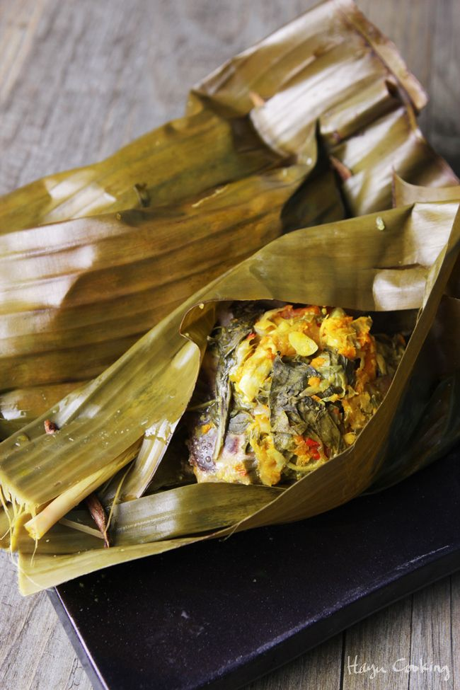 Pepes Ayam: Indonesian Spiced Chicken Wrapped in Banana Leaf. So flavorful and healthy | www.hayucooking.com
