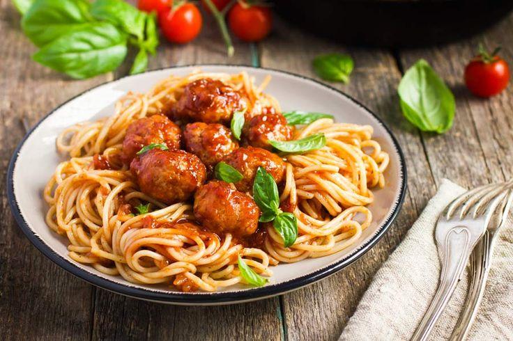Etwas für die Kleinen! Nudeln, Hackfleischbällchen und Tomatensauce.    http://einfach-schnell-gesund-kochen.de/meatballs-mit-nudeln-und-tomatensauce/
