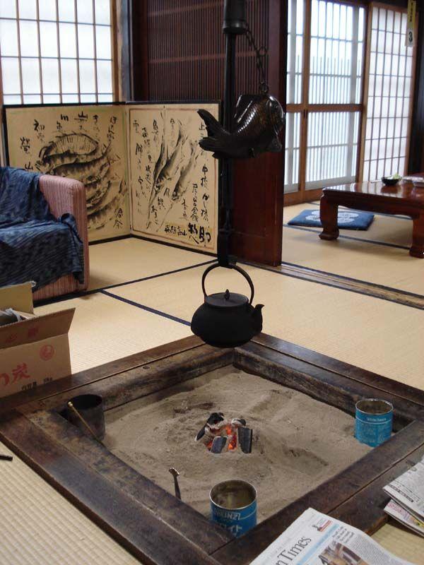 Kagizuru - Japanese Fireplace 古民家に外国の新聞が見える。多分衝立などの使い方などを観ると、日本人ではないだろう。