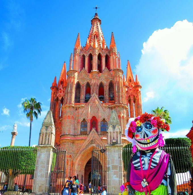 サンミゲル・デ・アジェンデはメキシコ中部にある世界遺産の街です。スペイン植民地時代の18世紀に、手工業で栄えた街は衰退後もそのままの姿を残し保存されました。今回はメキシコで一番美しいと言われる街のご紹介です。