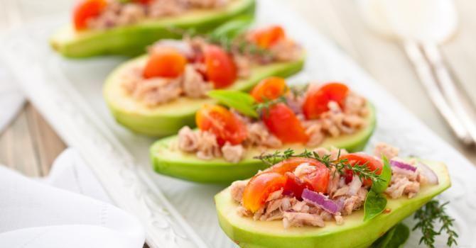 Recette de Avocats farcis thon, tomate, citron et Tabasco©. Facile et rapide à réaliser, goûteuse et diététique. Ingrédients, préparation et recettes associées.