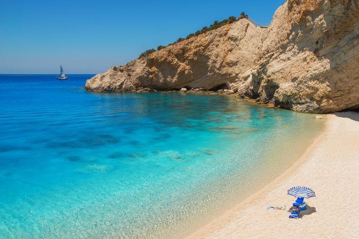 Lefkas. Het Griekse Lefkas is een bergachtig, groen eiland in een azuurblauwe zee. In de kleine baaitjes vindt je prachtige kiezel- en zandstranden, waar je een lekker kleurtje opdoet. Lefkas is een paradijs voor wandelaars. Op het eiland wachten bossen, kloven en watervallen op je! In de schilderachtige plaatsjes glijdt het leven in het rustige Griekse tempo voorbij. Hét recept voor een fijne vakantie!