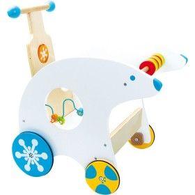 Drevené chodítko ľadový medvedík pomôže deťom získať stability počas prvých krôčikov. Pevná rukovať s rotujúcim kolieskom zabaví dieťa pri chôdzi. Po stranách sú umiestnené aktivity: prevliekanie korálikov a počítanie rybičiek. Kolieska sú 2 predné menšie a 2 zadné väčšie. Vďaka pogumovaniu zabezpečia hladkú jazdu po dlážke. Keď už je dieťa zručné a chôdzu ovláda dokonale môže svoje chodítko využiť ako vozík pre bábiky a iné milé hračky.