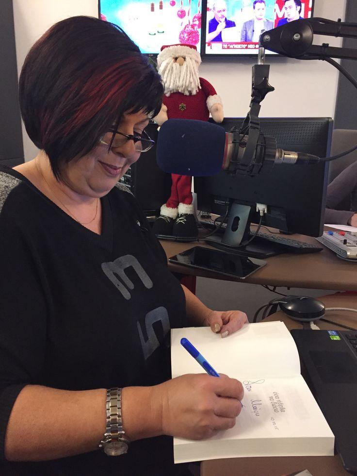 """Σήμερα, Πέμπτη 10/12 στις 8:00 το πρωί η Λένα Μαντά μίλησε για το νέο της βιβλίο """"Όσα ήθελα να δώσω"""" στην εκπομπή «Πνίξτε τον φουνταριστό» στα Παραπολιτικά FM 90,1. Καλοτάξιδο Λένα!"""