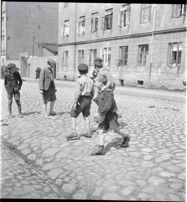 Życie na ulicach Warszawy na chwilę przed wybuchem wojny - Joe Monster