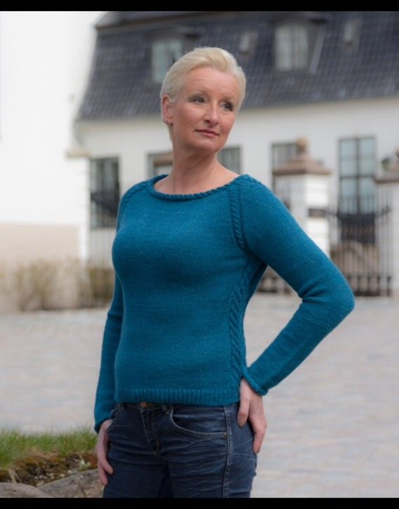 Anne Grete Mønster.  Mønsteret inneholder mønster på både genser og skjørt.  Både skjørtet og genseren er strikket ovenfra og ned.