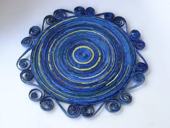 Este suplá dá um charme todo especial para sua mesa. Feito com canudos de jornal pintados de azul e amarelo. A moldura é feita em arabesco com arame na estrutura para dar sustentação.  É possível fazer conjunto com descanso de panelas e porta copos.