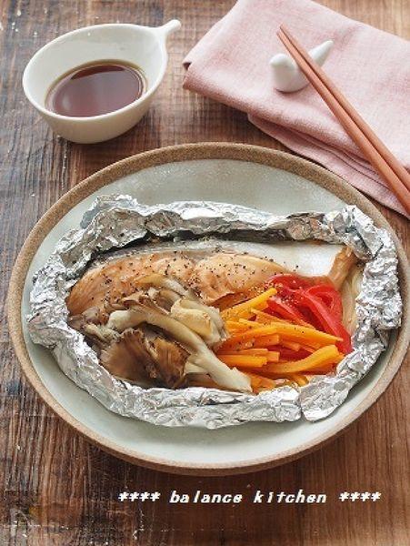 オーブントースターにおまかせ!鮭のアスタキサンチン、にんじんやパプリカのβカロテン・ビタミンC、きのこの食物繊維と、美肌に効果のある栄養素をたっぷり包み込みました。