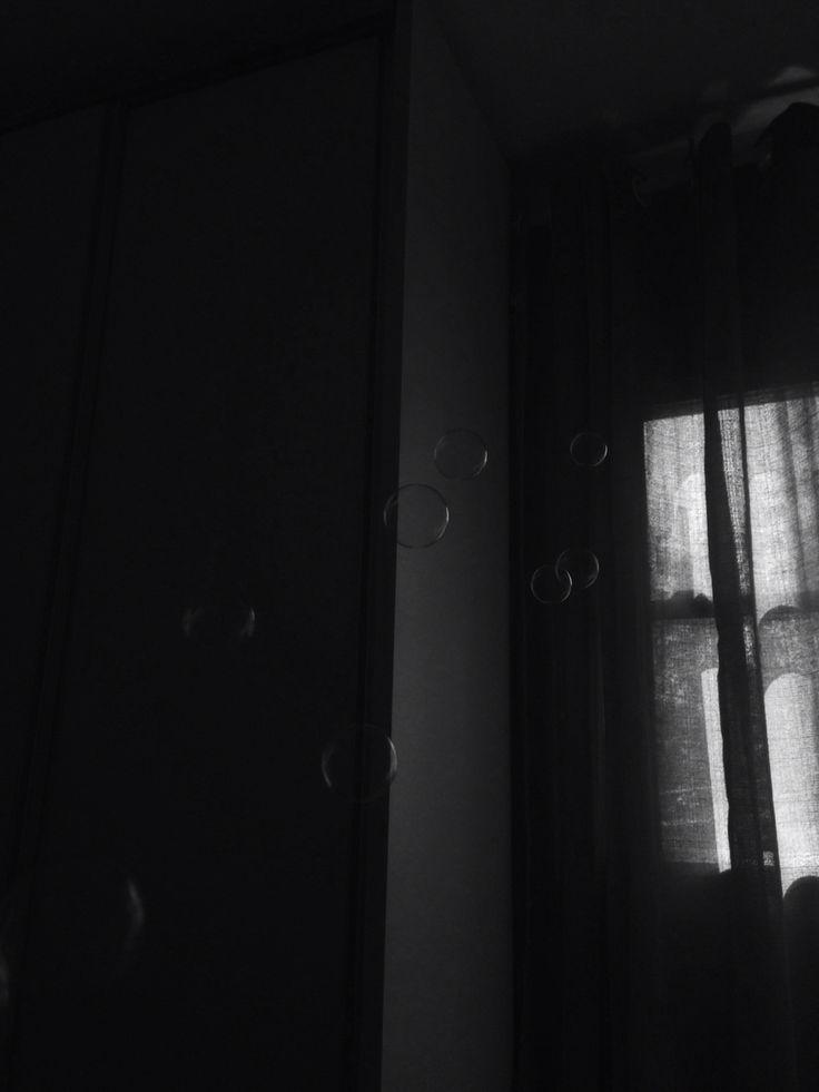 """Alguma explicação tem que ter.  Não é que o coração dói. Eu posso agora ter criado uma explicação meio racional pra essa dor, digo meio, porque eu não entendo sobre. Mas pra mim nada é """"ai, borboletas no estômago"""". Não tem borboleta nenhuma, é só sua ansiedade e seu nervosismo te dominando por dentro.Mas as lágrimas começaram a escorrer pelo meu rosto sem nenhum esforço, e tem sido assim minhas noites. Porque eu sinto falta, e tudo que eu queria era não sentir isso. E a dor de cabeça que…"""