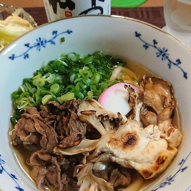 わが家の肉うどん 牛肉は薄切りを塩コショウで炒めてのせる 舞茸はオプション‼️ #うどん#肉#関西風#まいたけ